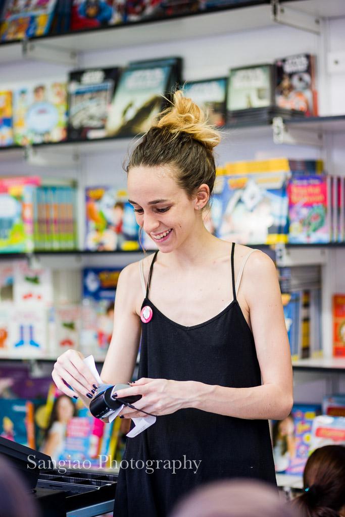 fotos feria del libro vendedora