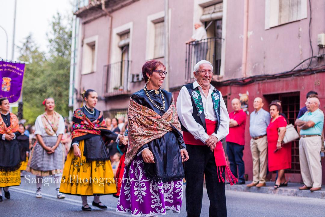 personas mayores desfilando con traje tradicional castilla la Mancha
