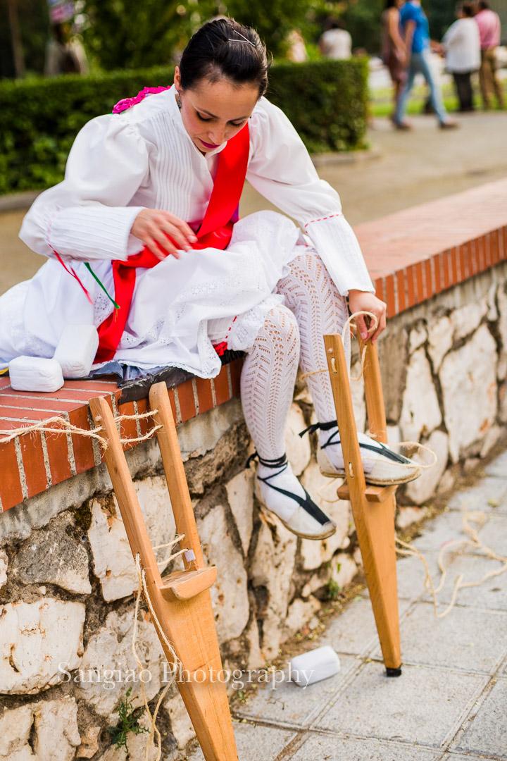 Mujer preparando zancos fotografía Guadalajara España