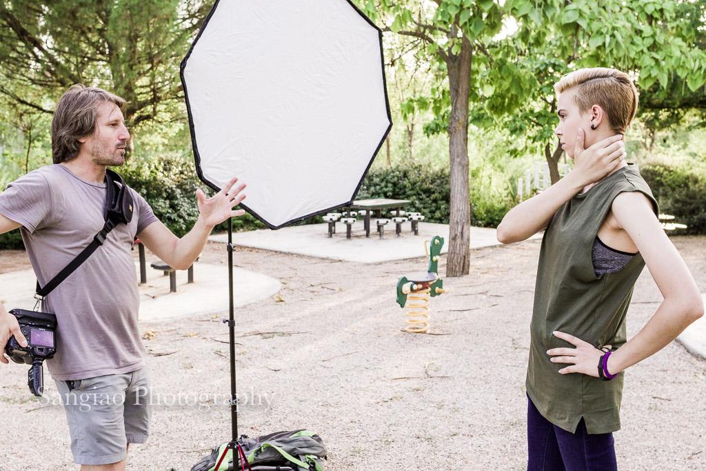 fotógrafo explicando a la modelo como salir en las fotos de perfil para redes sociales