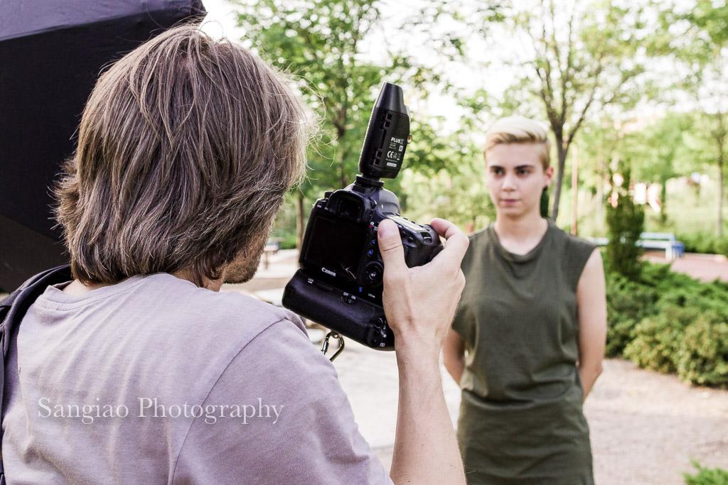 Fotógrafo dando indicaciones de como salir bien en fotos para redes sociales