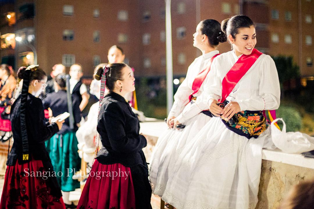 bailarinas tradicionales esperando actuación foto