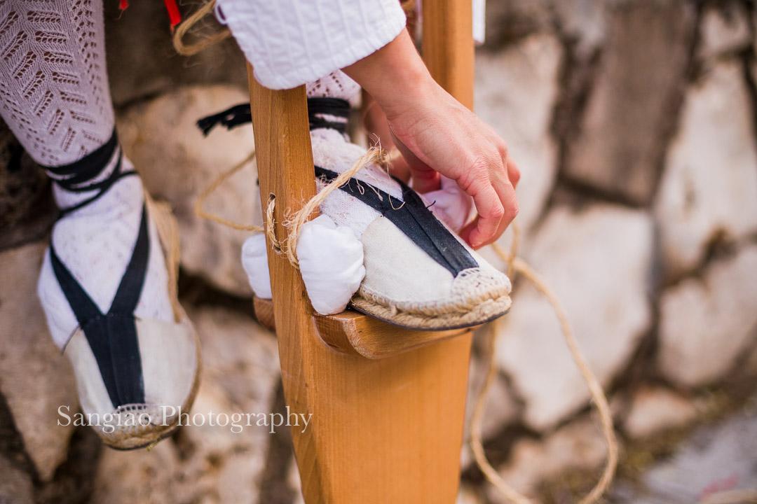 Fotografía Guadalajara Mujer atando zancos