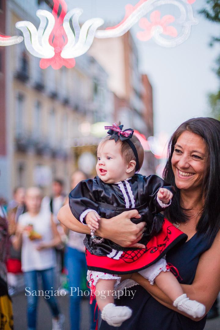 mamá y bebé con traje tradicional