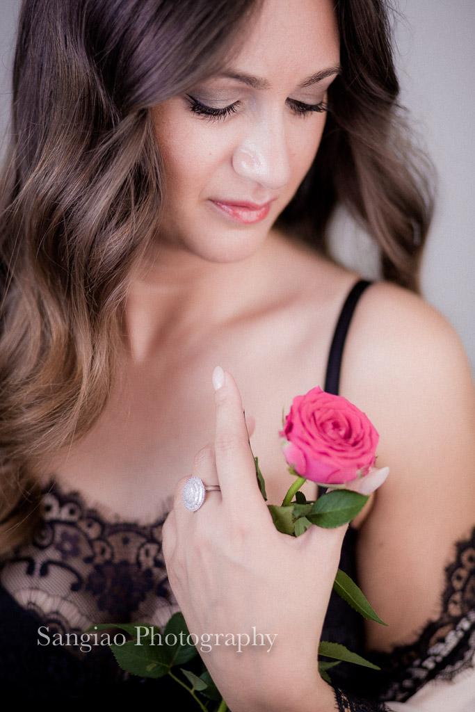 foto boudoir lencería con flor
