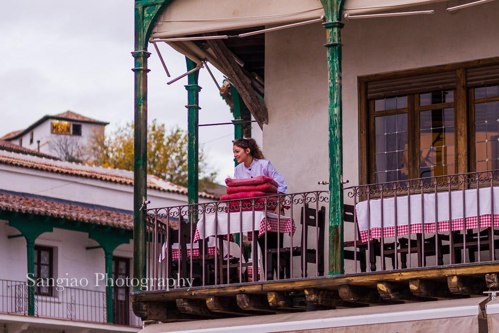 mujer camarera chinchón madrid foto
